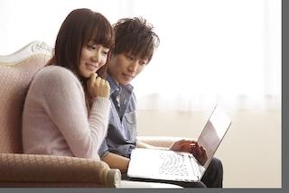 Macを使っている若いカップル