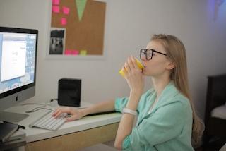 iMacを使っている女性