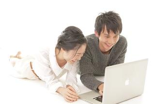 PCを使っているカップル