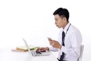 パソコンを使う若いビジネスマン