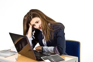 パソコンの前で悩むドイツ人女性