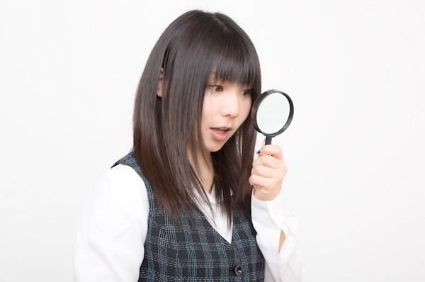 虫眼鏡で調査するOL